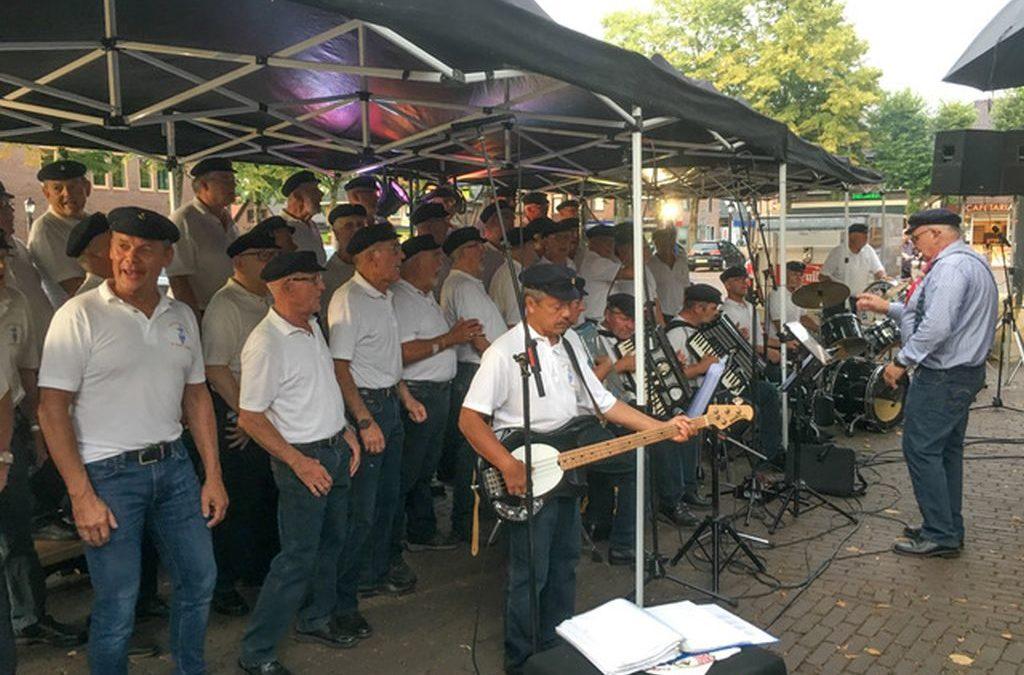 De Kajuitzangers zingen bij De Hertogh